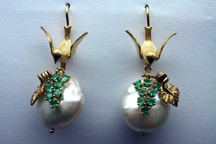 aOrecchino-in-Oro-giallo-14KT-con-smeraldi-e-perle
